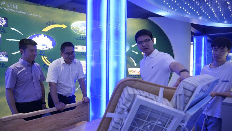 成都市雙流區新經濟和科技局長徐雪峰 蒞臨大陸希望集團調研