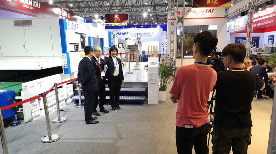 旭机械社长在上海展南台展位接受采访