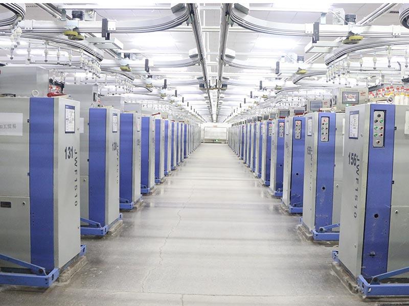 """智能自動化的""""粗細聯""""設備,將粗紗通過軌道系統運輸到細紗機上,完全取代原來人工推紗的方式。"""