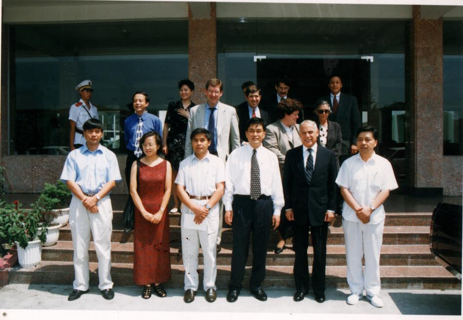 接待美國總統財經顧問哈蒙(前排右二)來訪