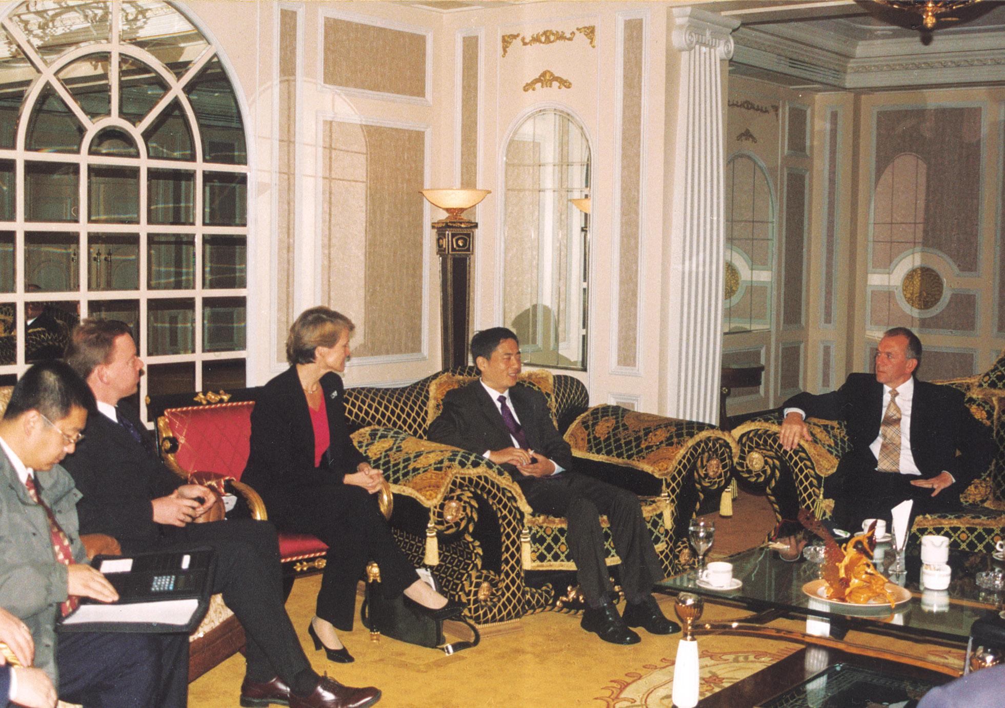 在家園國際酒店貴賓會議室會晤英國首相助理杰夫·穆爾甘一行