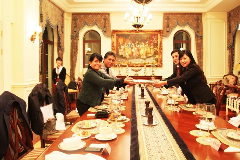 印尼酒店業巨頭薩希德集團家族來訪亞特蘭蒂斯并與陳斌總裁互贈禮品